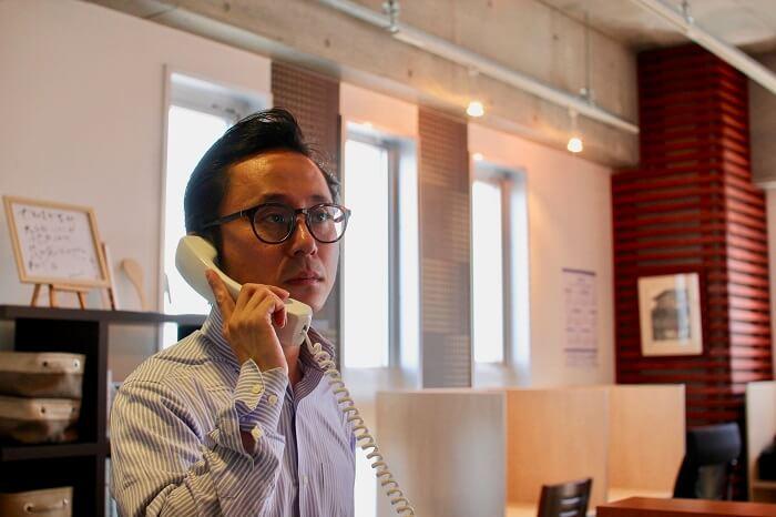 Googleマイビジネス登録の確認番号を聞く宮井さん